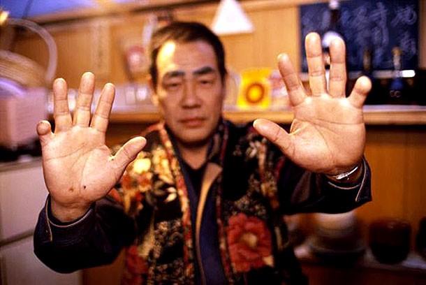 Yubitsume bắt nguồn từ quá khứ nhằm trừng trị những kẻ đánh bạc không thể trả tiền thua cược. Bakuto, thế lực được coi là tiền thân của Yakuza, chặt ngón tay của họ để gán nợ. Ảnh: Flickr