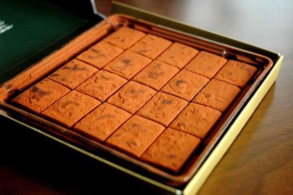 Chocolate tươi thơm, mềm, ngọt và cảm giác tươi nguyên không chất bảo quản cùng cái thú của việc ngắm, chạm vào lớp cacao mịn màng bên ngoài.
