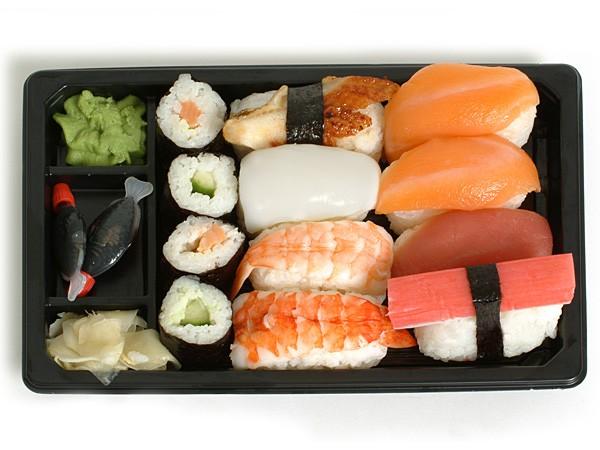 Với sự bắt mắt của sushi nhiều màu sắc, tiếp đó là cảm giác no đủ vì có tinh bột, lạ lẫm với ba loại nguyên liệu khác nhau.