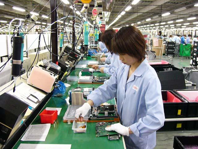 nữ thực tập sinh làm lắp ráp linh kiện điện tử