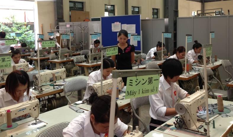 Thi tuyển may mặc tại trung tâm xuất khẩu lao động