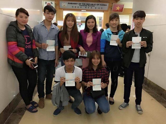 Du học sinh Hàn Quốc vui mừng nhận được visa