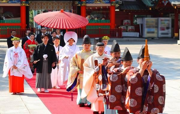 Lễ cưới trang trọng trong trang phục truyền thống