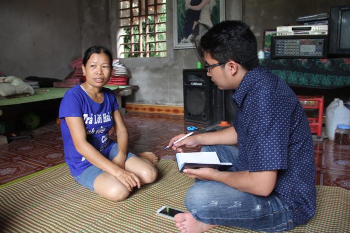 Chị Lê Thị Thủy trao đổi với phóng viên Báo Nghệ An