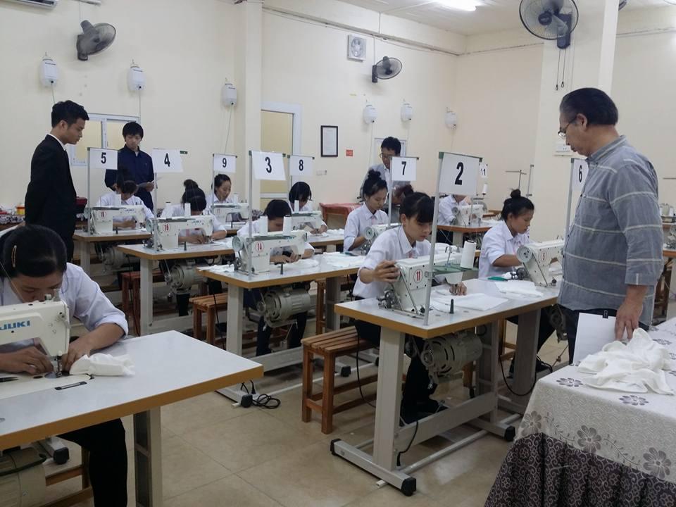 Ứng viên được kiểm tra tay nghề khi tham gia xuất khẩu lao động Nhật Bản ngành may mặc