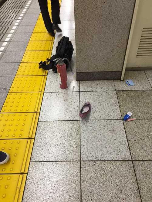 Đồ đạc của hành khách bị rơi ở nhà chờ tàu điện ngầm tại Nhật Bản.