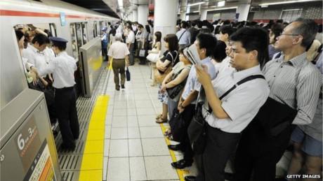 Hành khách trong lúc đợi tàu điện ngầm tại Nhật Bản