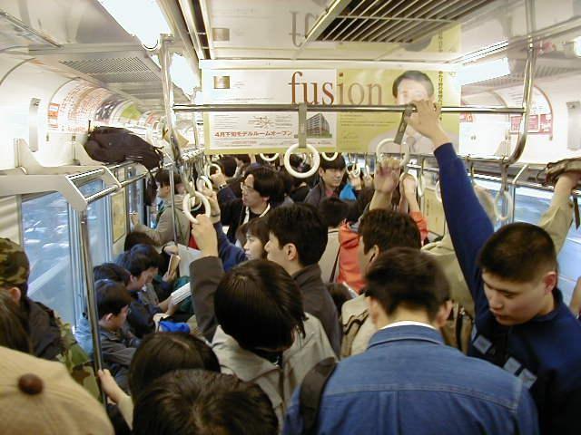 Tình trạng quá tải trên toa tàu điện ngầm tại Nhật Bản vào giờ cao điểm