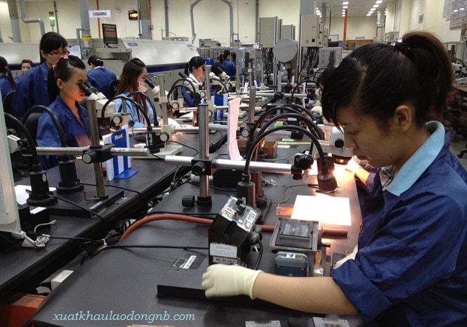 Công nhân điện tử trong giờ làm việc