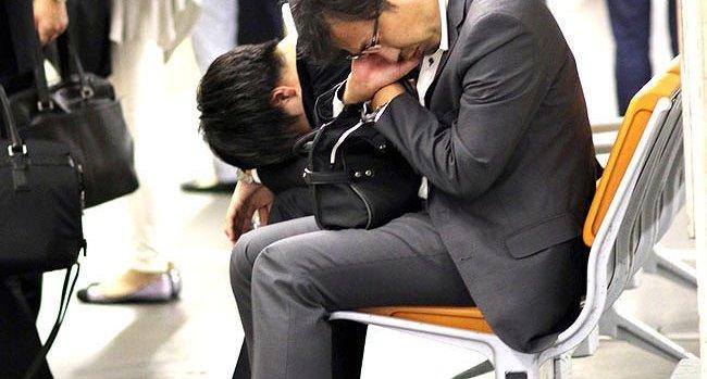Người Nhật làm việc mệt mỏi, phải ngủ gật trên đường về nhà