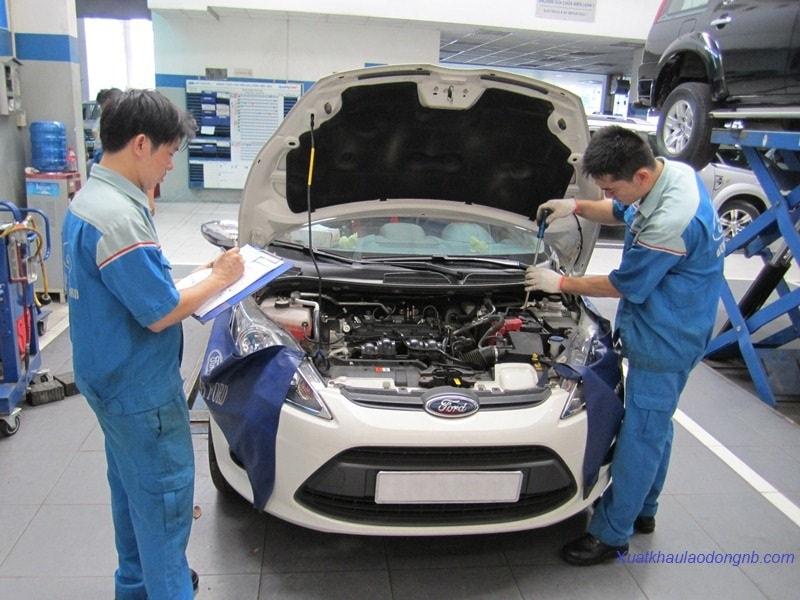 Công nhân trong xưởng sửa chữa bảo dưỡng ô tô