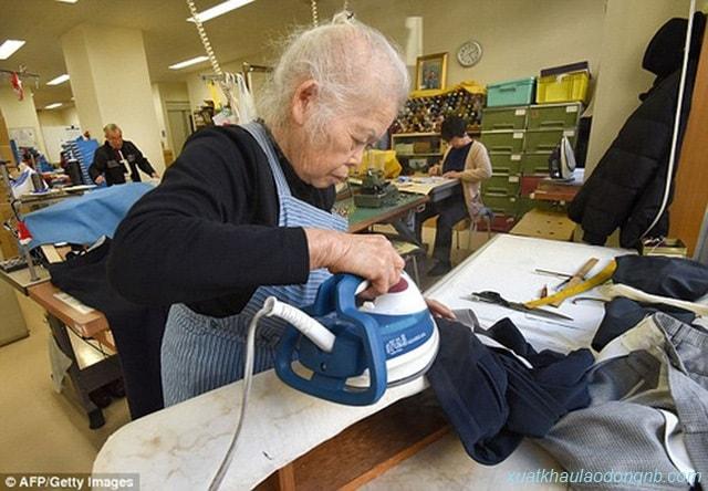 Một bà lão 80 tuổi vẫn đi làm trong tiệm giặt là