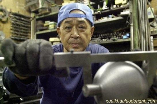 Ông lão làm việc trong xưởng rèn của gia đình