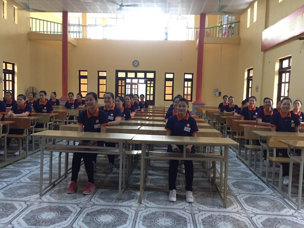 thực tập sinh nghe hội thảo công việc của Chủ Tịch nghiệp đoàn