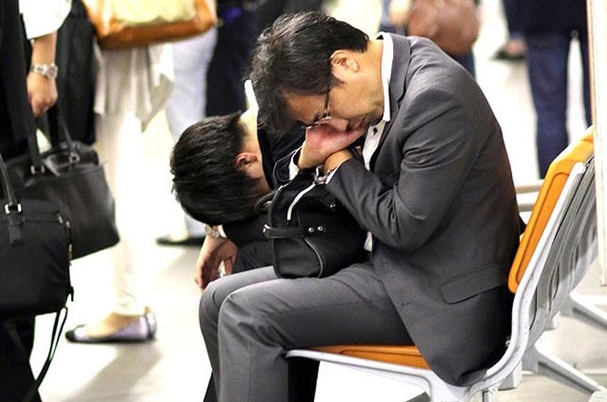 Áp lực công việc khiến đàn ông Nhật Bản không còn muốn hẹn hò