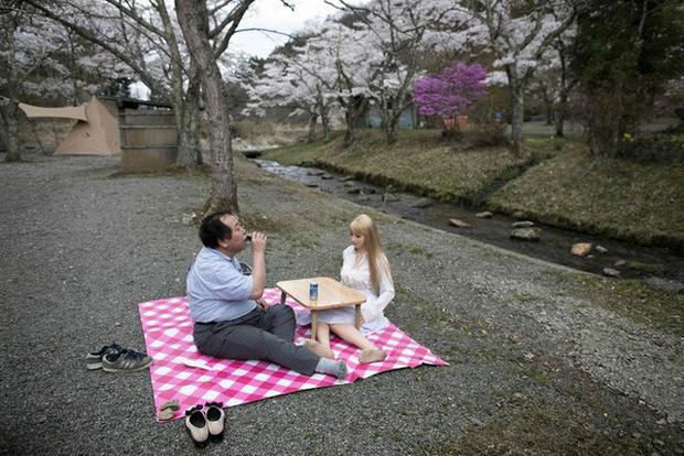 Đàn ông Nhật Bản đưa búp bê tình dục đi dã ngoại